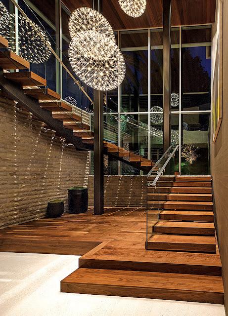 Cầu thang kính với sàn gỗ
