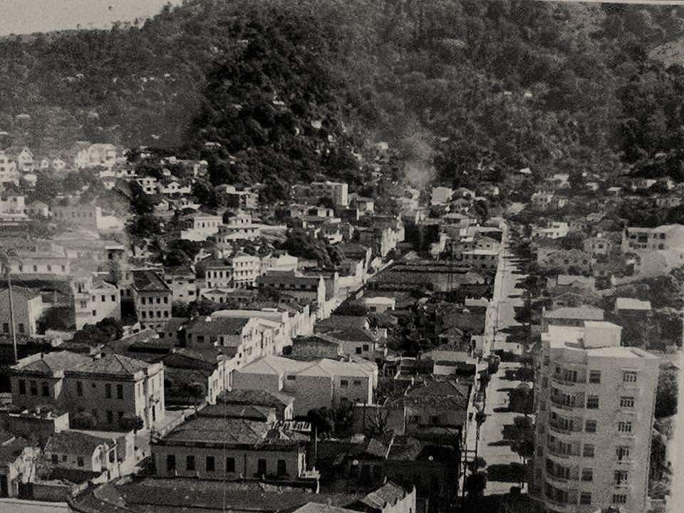 Vista parcial de Vitória por volta de 1950 com as ruas Sete de Setembro e Graciano Neves. À esquerda, a Prefeitura Municipal, demolida nos anos 70.