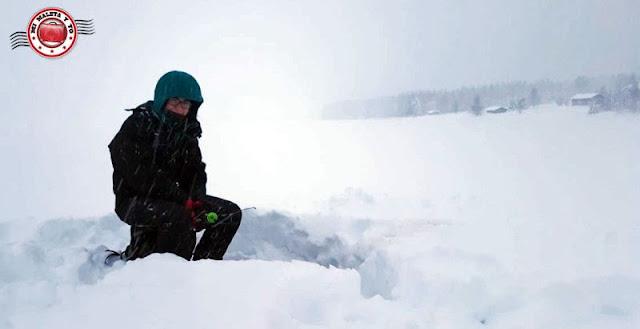 Pesca en hielo en Laponia Finlandesa