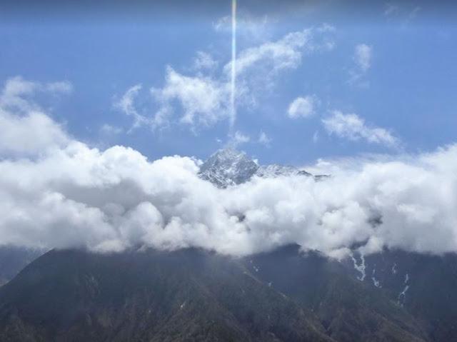 la vetta del Thamserku sbuca dalle nubi
