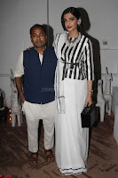 Sonam Kapoor Soha Ali Khan Konkona Sharma at Raw Mango store launch March 2017 007.JPG