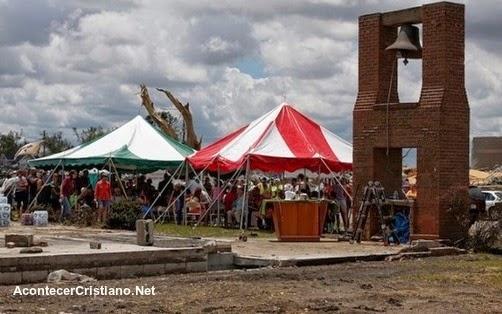 Culto en las ruinas de iglesia destruida por tornados