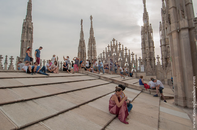 Visitar Milán organizar viaje terraza Duomo Italia turismo