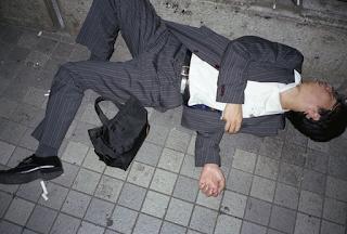 """Το νέο φαινόμενο στην Ιαπωνία είναι οι """"άστεγοι με τα κοστούμια"""". Άνδρες εξαντλημένοι από τις πολλές ώρες δουλειάς καταρρέουν σε στάσεις"""