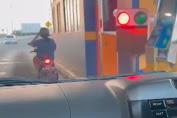Kembali Viral, Video Emak-emak Naik Motor Masuk Tol