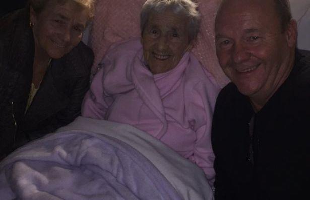 بعدما ألقيت بها في صندوق للأحذية. إيرلندية تعثر على والدتها بعد 73 عاما!