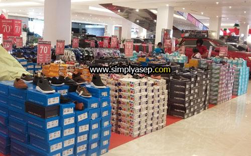 ANEKA SEPATU : Di lantai dasar (Ground Floor) tersedia aneka barang keperluan sehari seperti sepatu.  Foto Asep Haryono