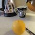 Απίστευτο κόλπο - Πως στύβουμε το λεμόνι χωρίς να το κόψουμε (Video)