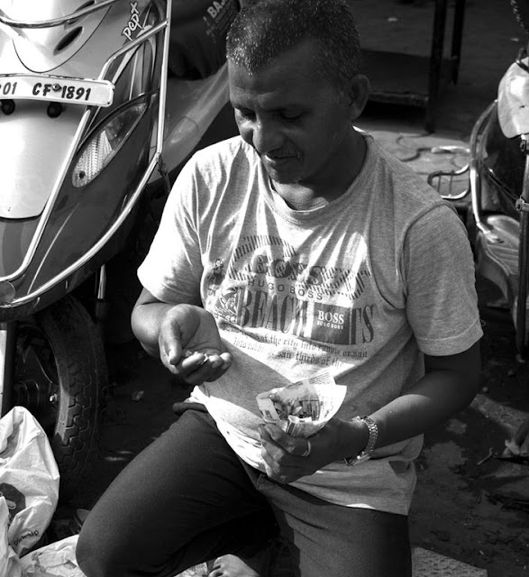 monochrome monday, black and white weekend, black and white, chor bazaar, snack time, street portrait, street photography, mumbai, india,