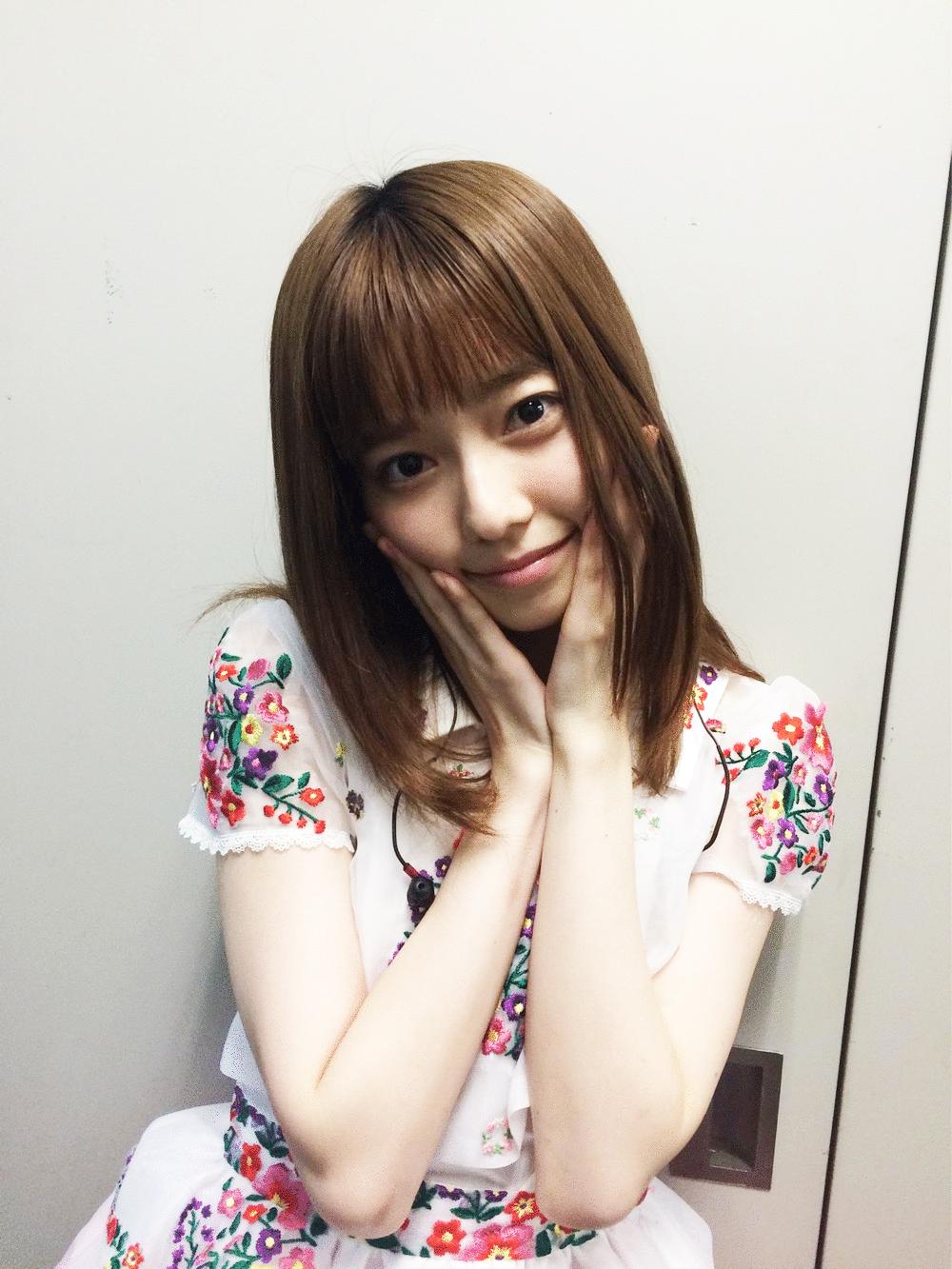 可愛いポーズの島崎遥香