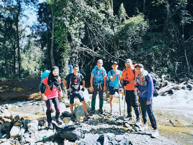 Pendaki dari Kem Kepuakan ke Kem Musang di Gunung Tambuyukon Sabah