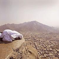 Yüksek bir yerde secde eden veya dağ üzerinde namaz kılan bir Müslüman adam
