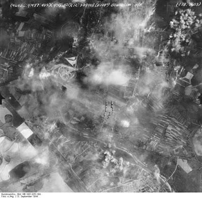 Luchtopname van het bombardement op Monowitz