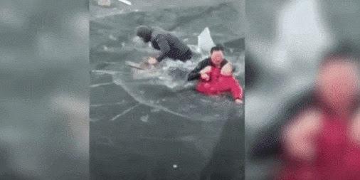 Aksi Heroik Pria Selamatkan Seorang Nenek yang Tenggelam di Sungai Es