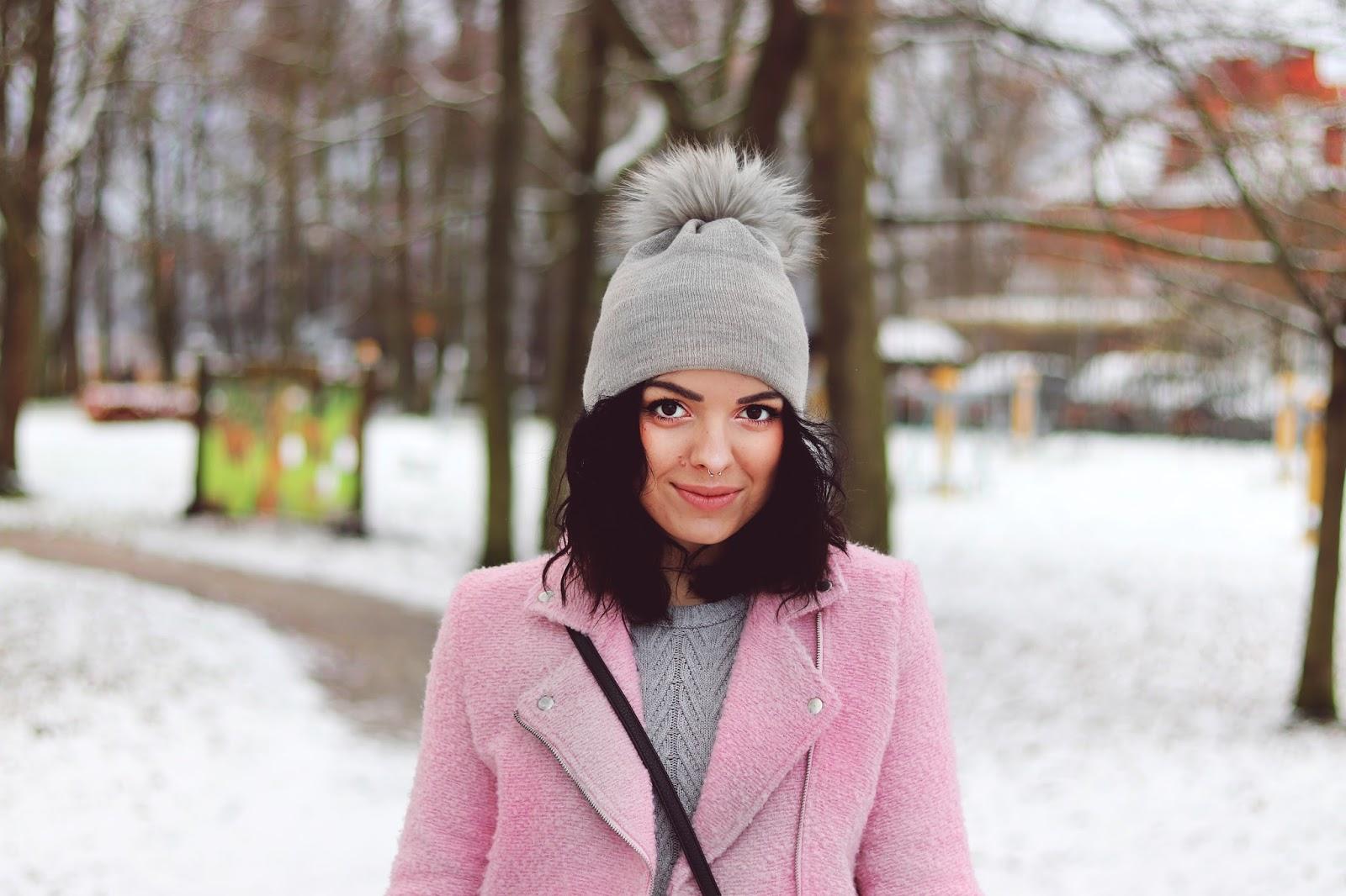 różowa kurtka ramoneska, szara czapka z pomponem, różowy płaszcz