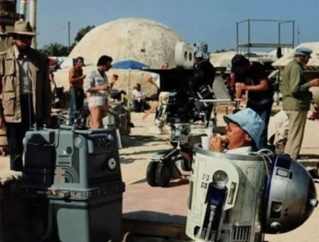 60 Iconic Behind-The-Scenes Pictures Of Actors That Underline The Difference Between Movies And Reality - R2D2 enjoys a well deserved sandwich during a break. Beep Boob.