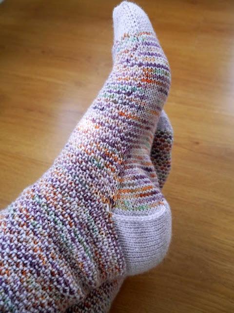 autre vue chaussettes au tricot, modèle Broken Seed stitch socks
