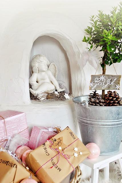 Weihnachtsdeko in Rosa und Weiß.