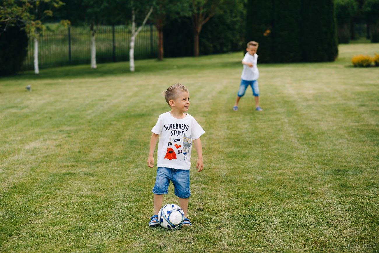 bērni spēlē futbolu