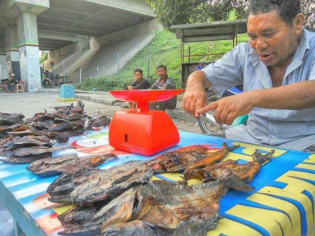 Berburu Ikan Sale Asap Kuliner Khas Ramadhan, Sekilonya 120k?