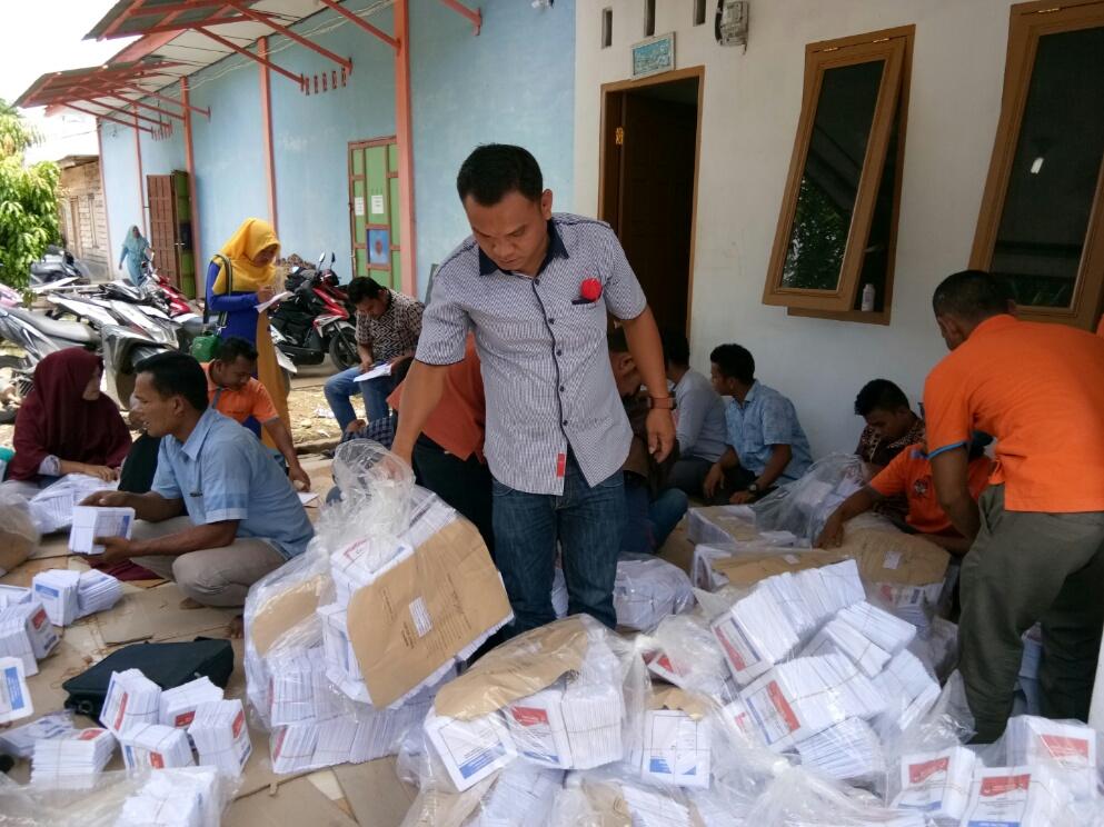 Sejumlah petugas PPS terlihat sedang melakukan pensortiran dan pengecekan ulang kertas surat suara Pemilu 2019 di gudang KPU Palas