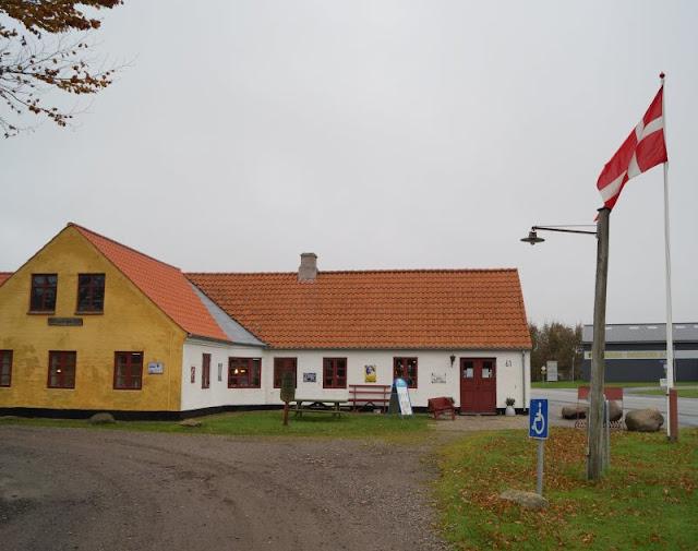 Tornby: Ein idyllisches Ausflugsziel in Nord-Dänemark. Während unseres Dänemark-Urlaubs haben wir einen spannenden Ausflug nach Tornby unternommen und den historischen Kaufmannsladen, das hyggelige Café, den Flohmarkt und die Klitplantage, ein schönes Waldstück zum Spazierengehen, besucht. Auf Küstenkidsunterwegs zeige ich Euch diese lohnenswerten kleinen Attraktionen in Nord-Jütland!