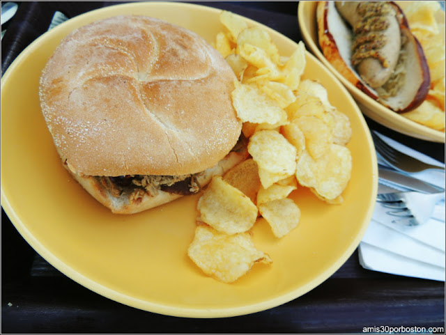 Trapp Family Lodge: BBQ Pulled Pork Sandwich on a Brioche Roll en el The Austrian Tea & Tap Room