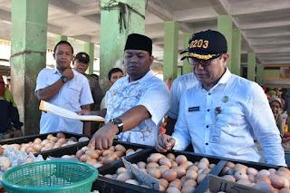 Bapak walikota tanjungbalai dan Bapak Kepala Dinas Perdagangan dan Perindustrian kota Tanjungbalai saat Mencek dan mencocokan Harga Telur ayam boiler