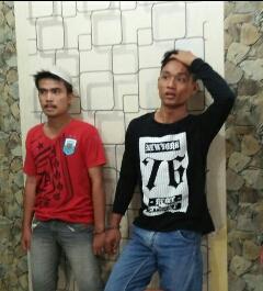 Dua tersangka pemilik sabu saat di kantor polisi.