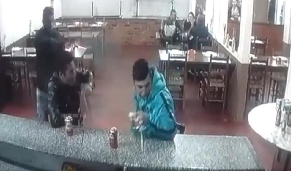 Vídeo (18+): Así ejecutarón a un hombre mientras bebía una cerveza en una pizzería