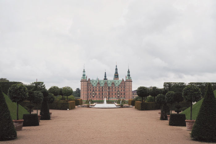 Promenade dans le parc du château de Frederiksborg au Danemark