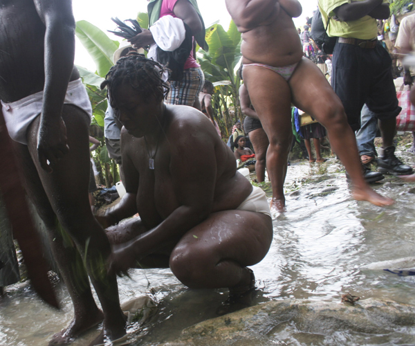 Saut-d'Eau ritual mandi bersama sambil ber bugil ria