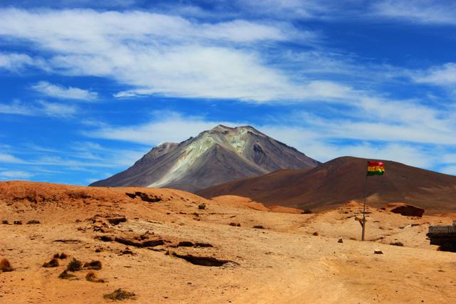 El volcán Ollagüe, desde el mirador