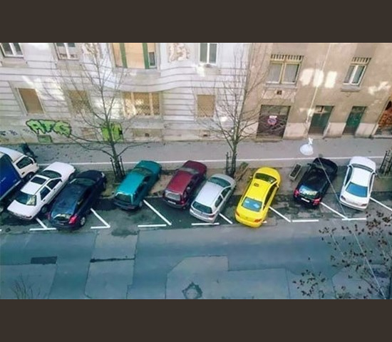 Carros Estacionados tortos nas vagas