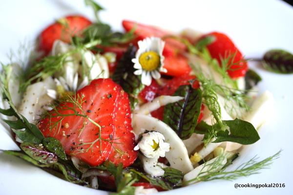 Erdbeeren im herzhaften Salat
