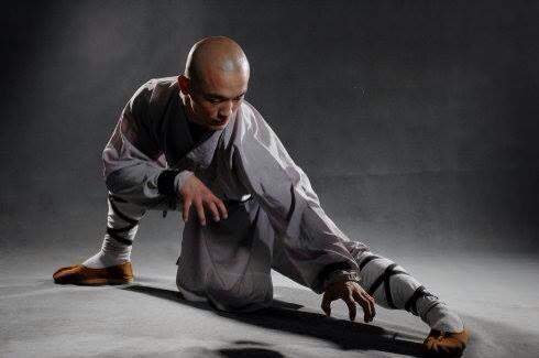 El monje agachado en otra postura de kung-fu, en una de sus fotos oficiales de las redes sociales.