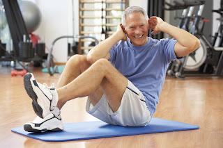 hombre maduro haciendo ejercicio, sonriente