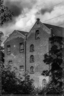 galpão velho em preto e branco