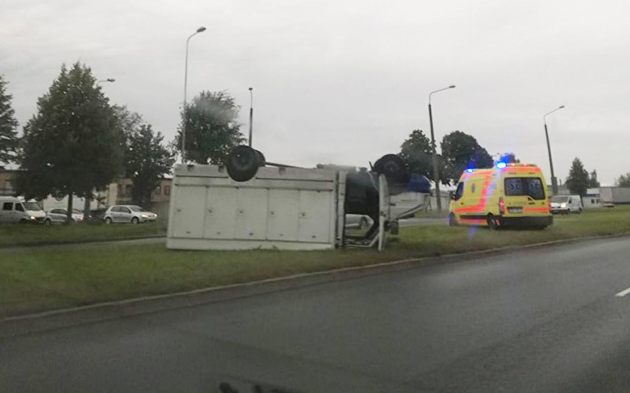 Kravas auto apgāžas uz jumta