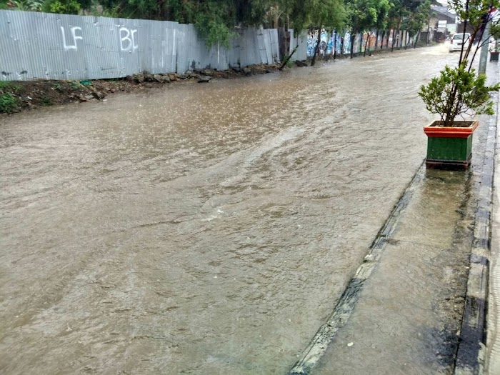 Jalanku Bagus Tapi Rumahku Kebanjiran.