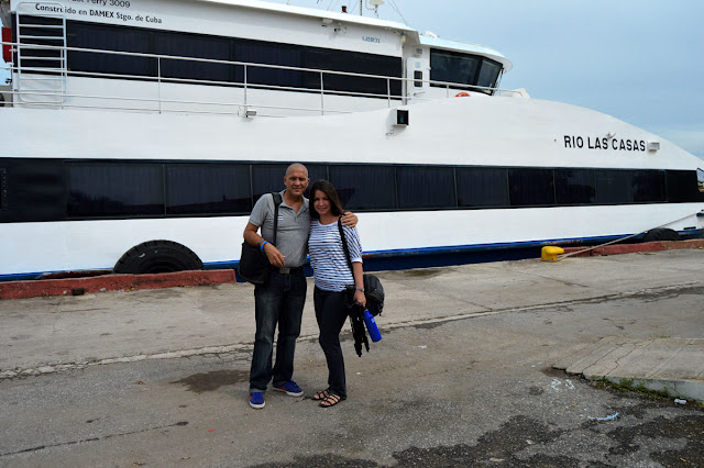 Con Made, mi esposa, a bordo del catamarán Rio Las Casas, rumbo a la Isla de la Juventud
