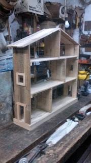 Casa de palets de madera para los juguetes de los niños