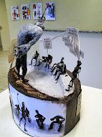 """Fábio Purper Machado e Tamiris Vaz, """"Os Nomes e seus Homens"""", exposição """"Micronarrativas de Papel"""", esculturas-HQ e HQs-escultura, 2012."""