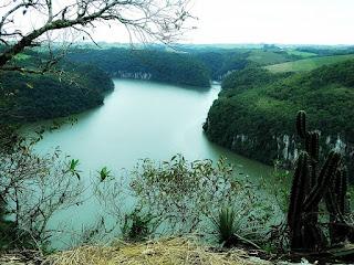 Rio Jacuí forma a barragem vista do Mirante Paga Peão, em Pinhal Grande (RS)