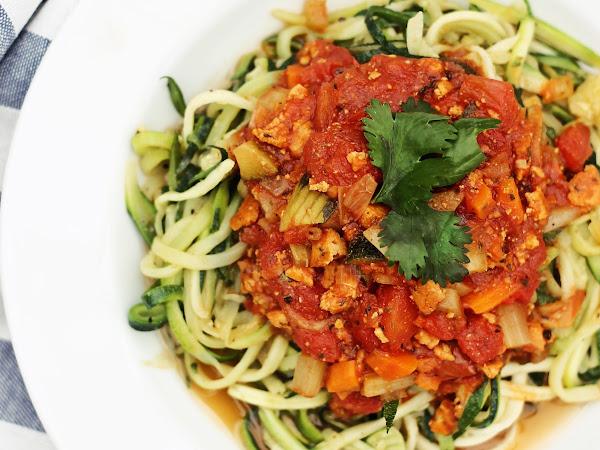 Einfaches & gesundes Rezept: Zoodles mit veganer Bolognese | + 3 Vorteile von Zucchininudeln