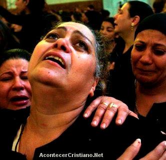 Mujeres egipcias lloran detención de cristianos en Libia