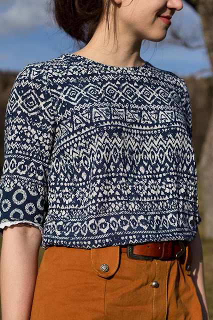 Bluse mit rückwärtiger Knopfleiste | Kostenloses Schnittmuster | Nähen