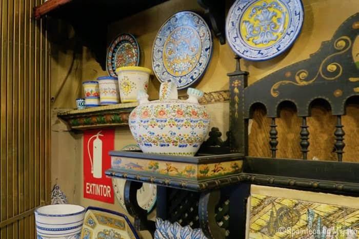 美しく装飾された陶器製のスペインの伝統水飲み容器ボティホ