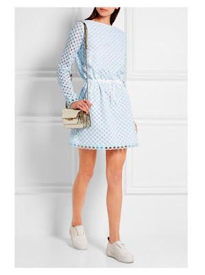 Пастельное голубое платье с кроссовками