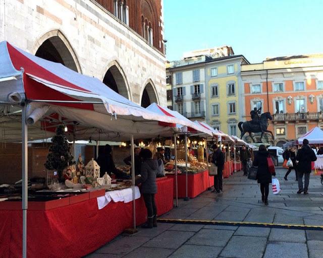Pessoas comprando no mercado de Natal para Emergency